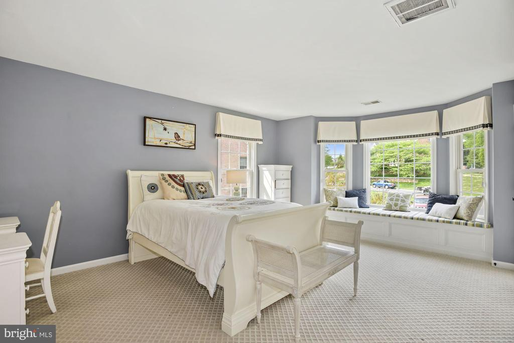 Bedroom with bay window sitting area - 3701 MAPLE HILL RD, FAIRFAX