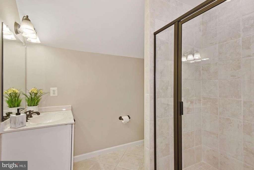 Full Bath on second Upper - 3701 MAPLE HILL RD, FAIRFAX