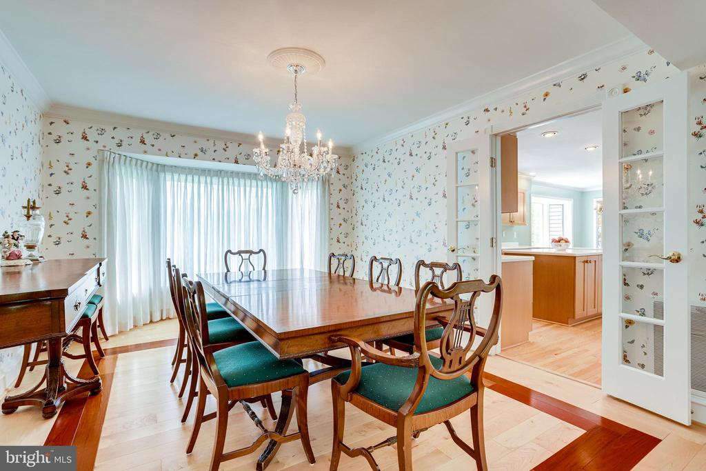 Dining room with glass french doors to kitchen - 19 GRISWOLD CT, POTOMAC FALLS