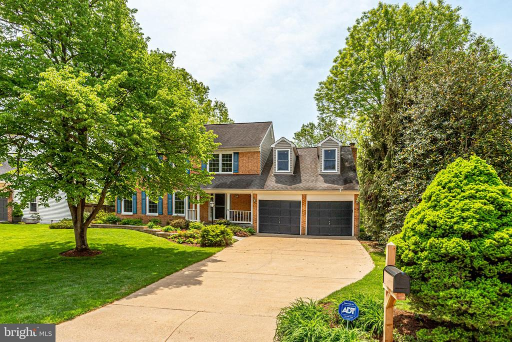 Large driveway leads to two car garage - 19 GRISWOLD CT, POTOMAC FALLS