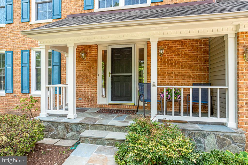 Welcoming Front Porch .... - 19 GRISWOLD CT, POTOMAC FALLS