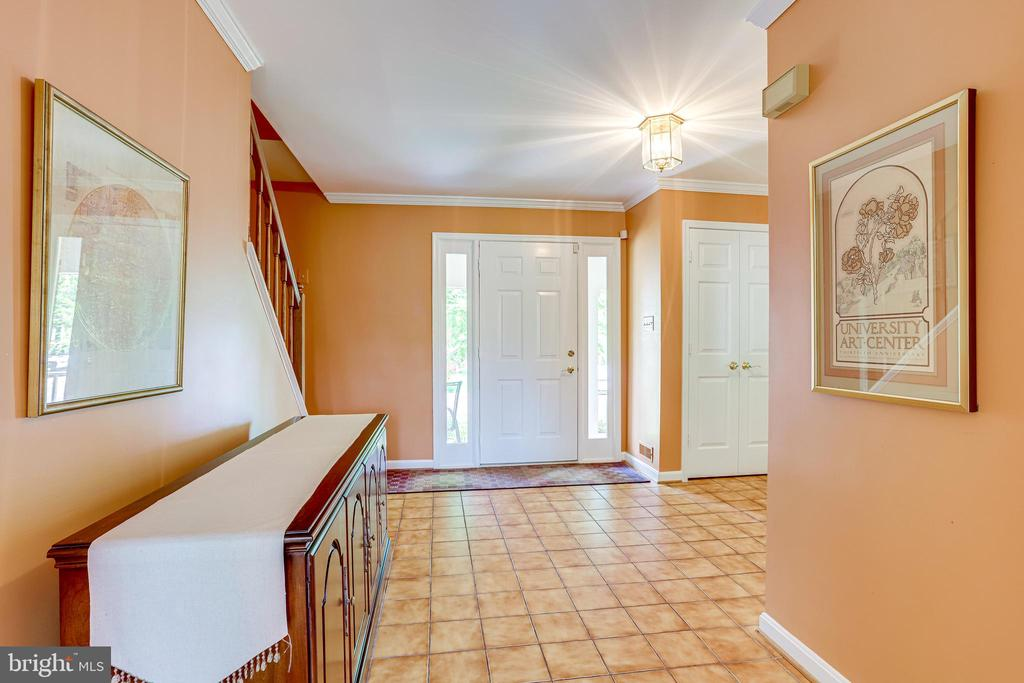 Large entry foyer with ceramic tiled flooring - 19 GRISWOLD CT, POTOMAC FALLS