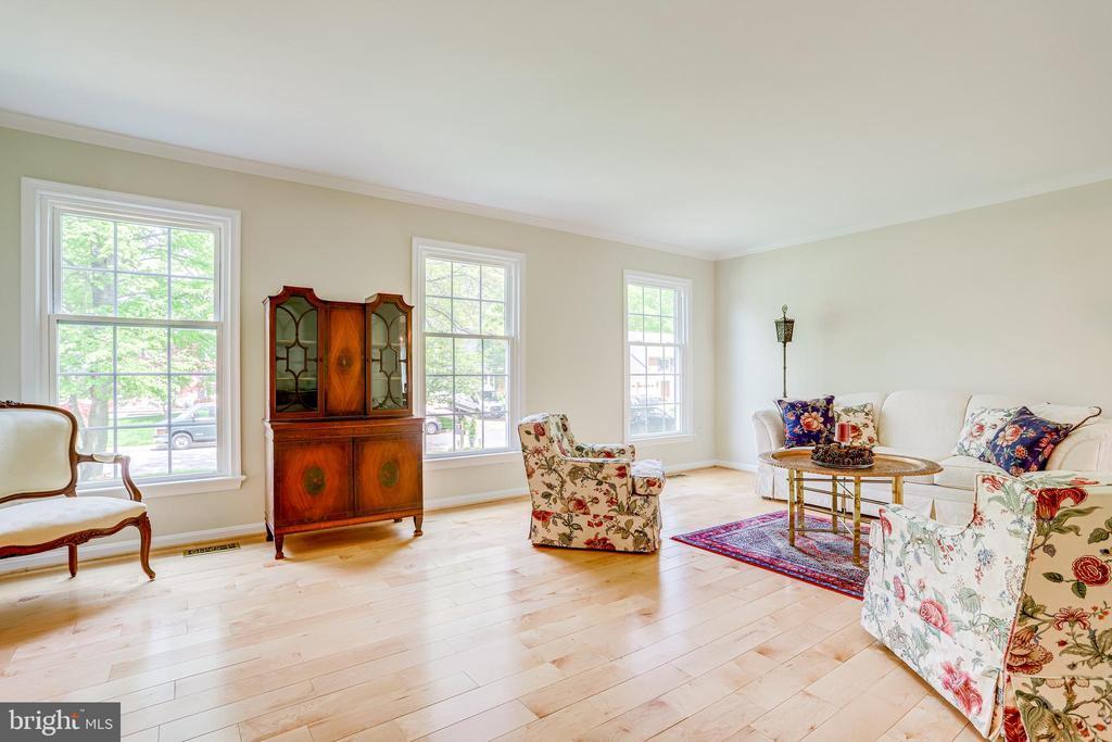 Gleaming maple hardwood floors - 19 GRISWOLD CT, POTOMAC FALLS