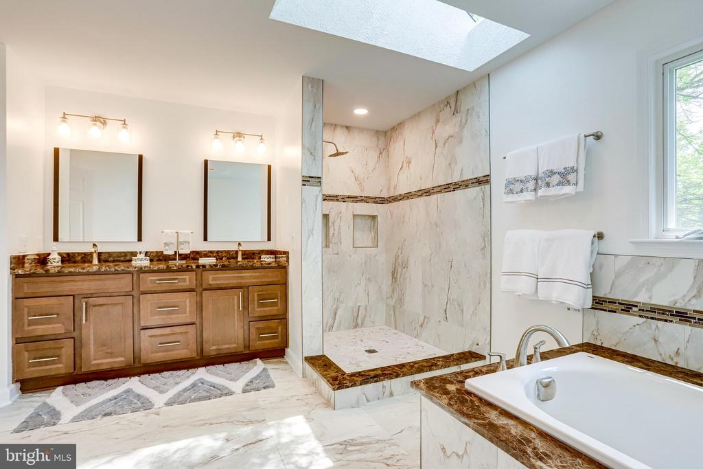 Double sinks and large shower - 19 GRISWOLD CT, POTOMAC FALLS