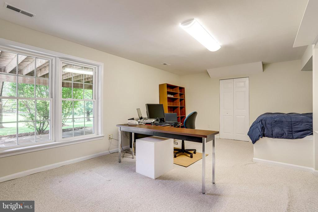 Bright fifth bedroom with built in double bed - 19 GRISWOLD CT, POTOMAC FALLS