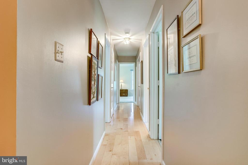 Upper level hallway to bedrooms - 19 GRISWOLD CT, POTOMAC FALLS