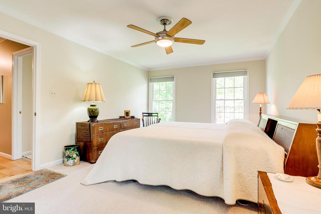King sized bed fits comfortably in primary bedroom - 19 GRISWOLD CT, POTOMAC FALLS