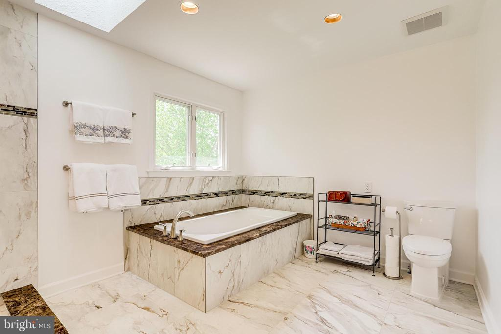 Large soaking tub, great place to unwind and relax - 19 GRISWOLD CT, POTOMAC FALLS