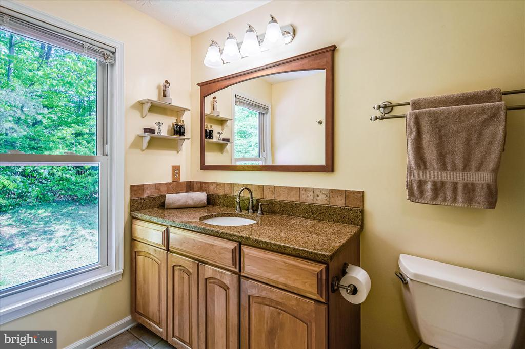 Spacious and updated full bathroom upstairs - 15034 HOLLEYSIDE DR, DUMFRIES