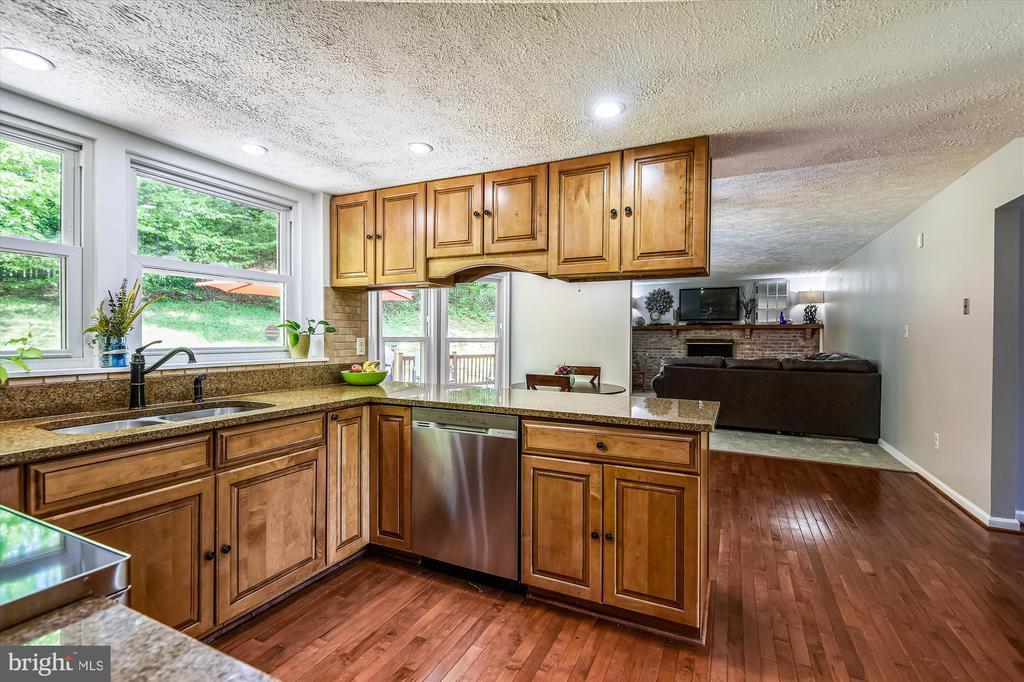 Convenient open floor plan open to dining & living - 15034 HOLLEYSIDE DR, DUMFRIES