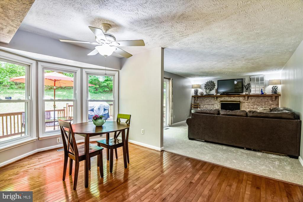 Convenient dining space off the kitchen - 15034 HOLLEYSIDE DR, DUMFRIES