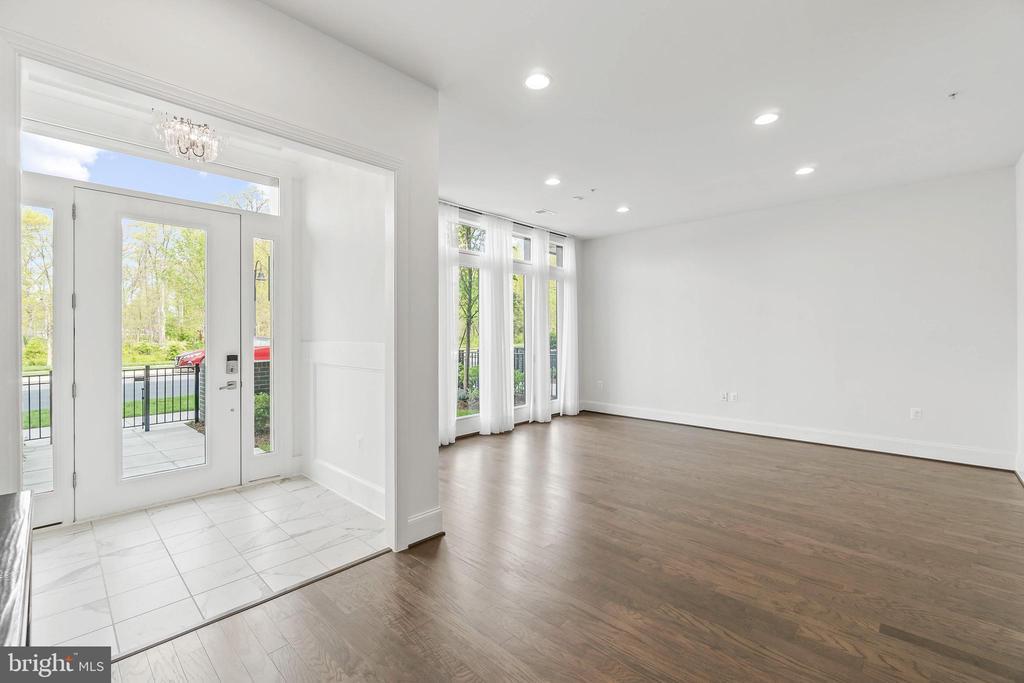 Inviting Foyer leading to wonderful flex space - 20382 NORTHPARK DR, ASHBURN