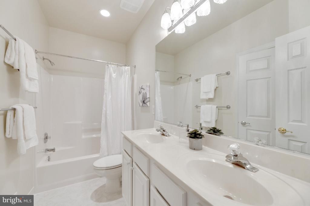 Beautiful Full bath #2 - 2621 FAIRFAX DR, ARLINGTON