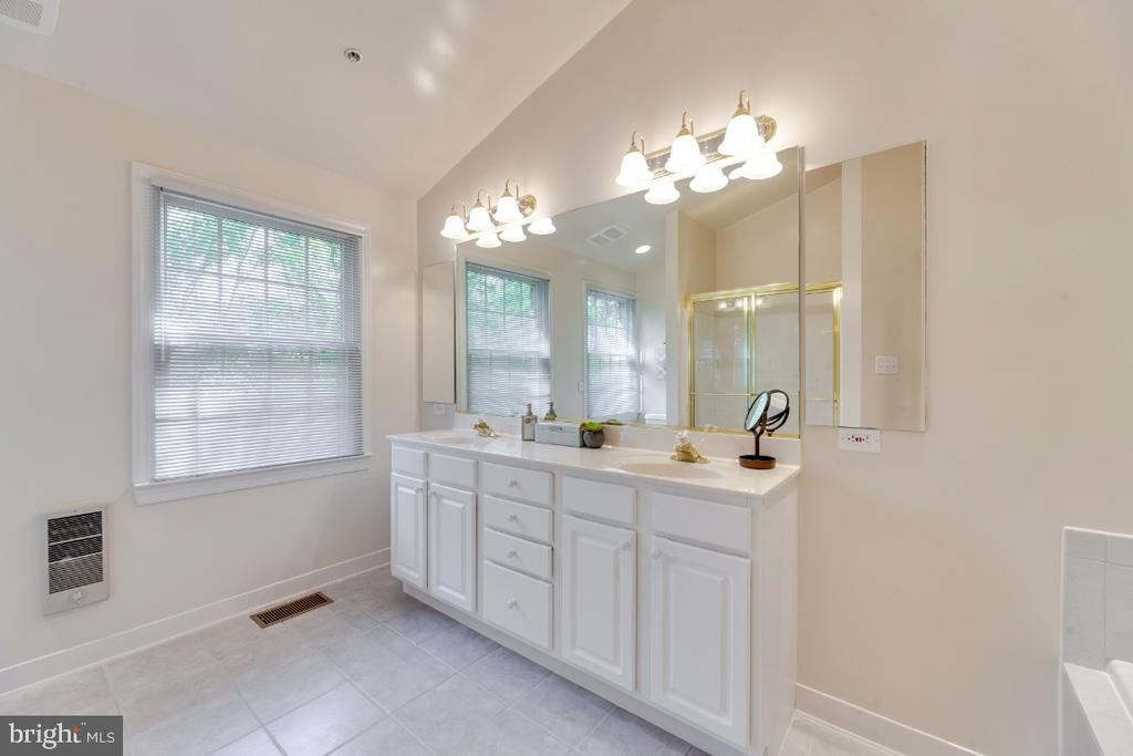 Full bath at master suite with double vanities - 2621 FAIRFAX DR, ARLINGTON