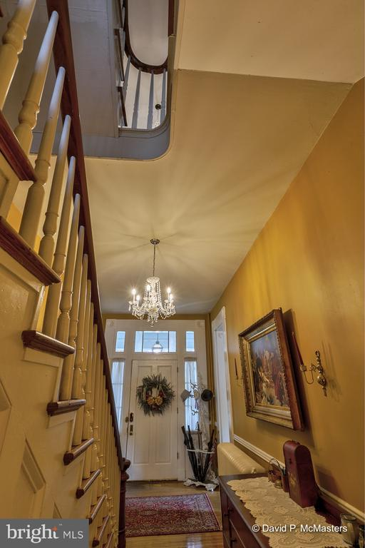 12 foot ceilings of the entry foyer - 417 E WASHINGTON ST, CHARLES TOWN