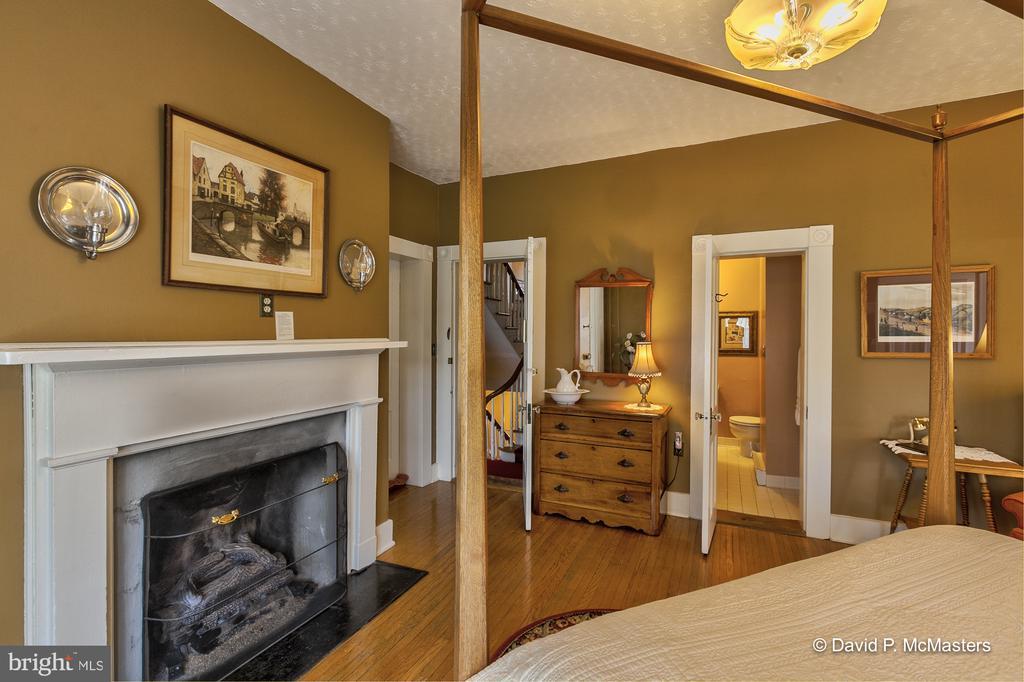 Gas log fireplace Shenandoah Suite - 417 E WASHINGTON ST, CHARLES TOWN