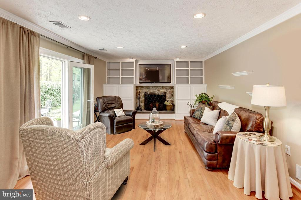 Family Room with Built in Bookcases - 6305 BLACKBURN FORD DR, FAIRFAX STATION