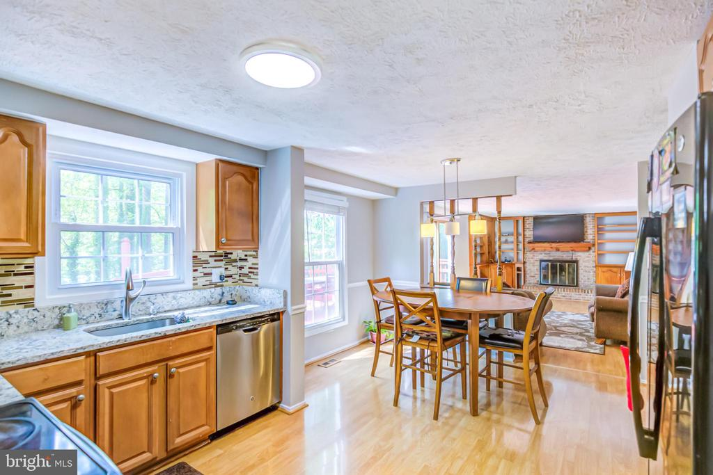 Kitchen - 5744 HEMING AVE, SPRINGFIELD