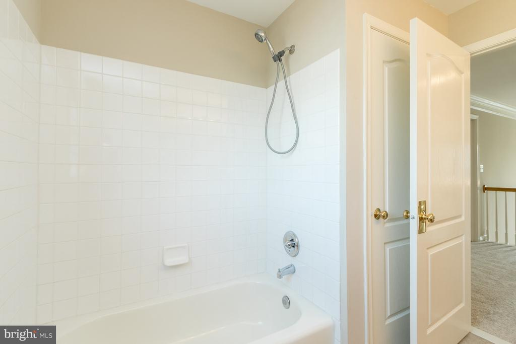 Hall Bathroom - 25466 GIMBEL DR, CHANTILLY