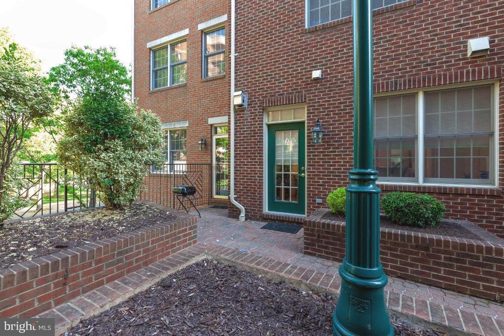 Courtyard - 2621 FAIRFAX DR, ARLINGTON