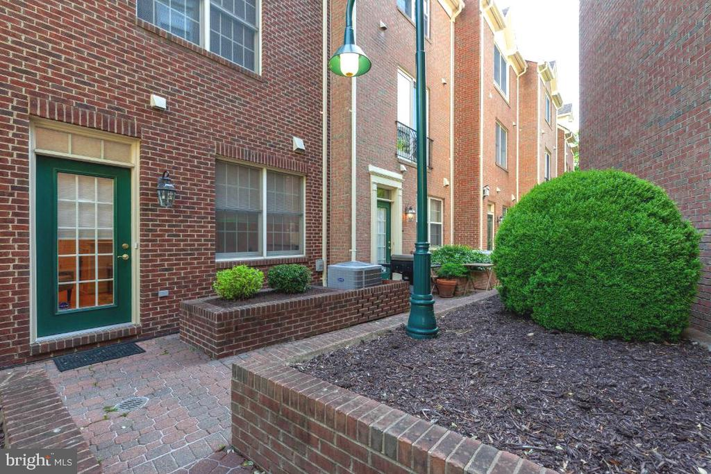 Walk-out to secluded, serene patio - 2621 FAIRFAX DR, ARLINGTON