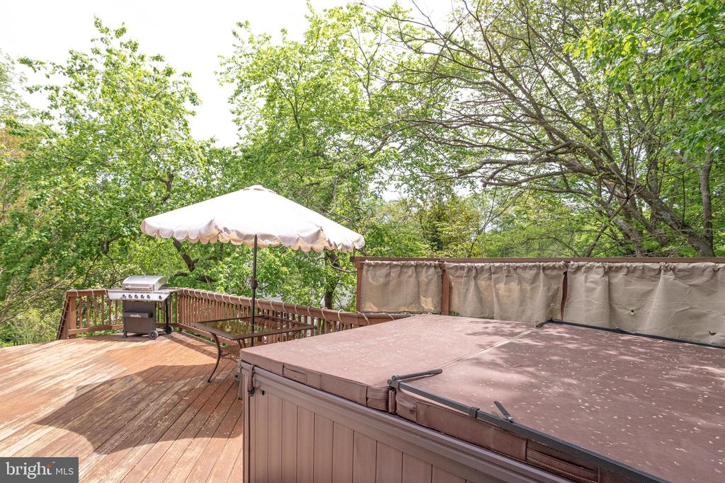 Delightful deck with hot tub (both new in 2017) - 7305 LANGSFORD CT, SPRINGFIELD