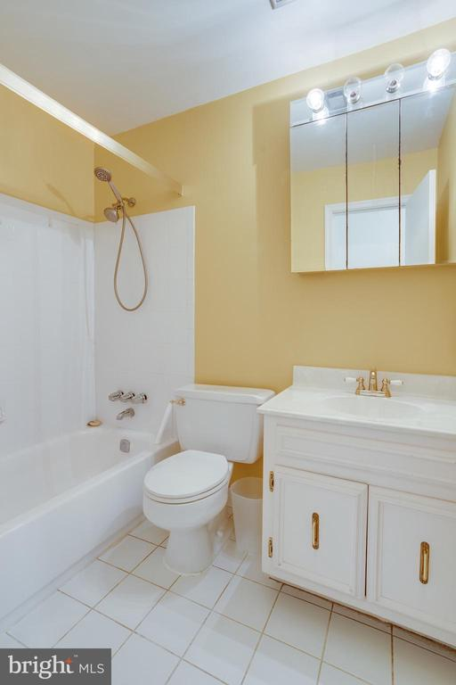 Guest bathroom with ceramic tile - 7305 LANGSFORD CT, SPRINGFIELD