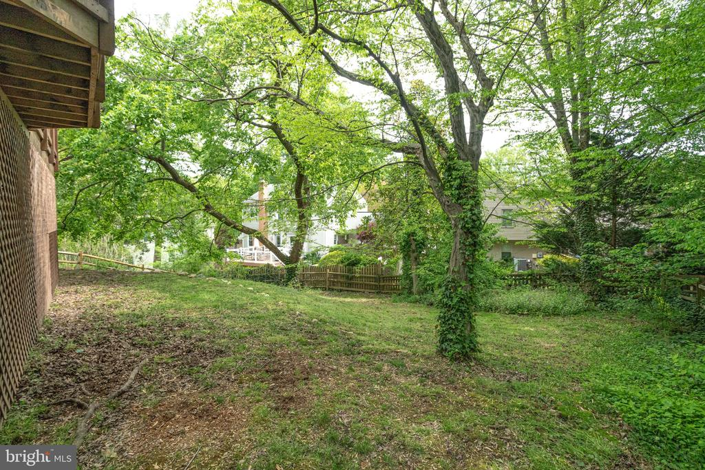 Backyard is fully fenced and backs to trees - 7305 LANGSFORD CT, SPRINGFIELD