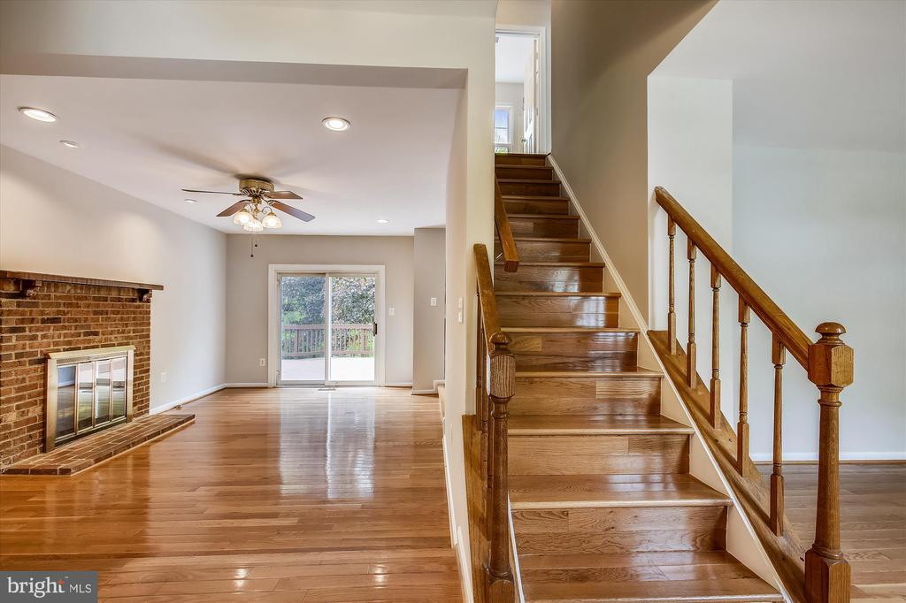Family rm w/wood burning fireplace, & SGD to deck - 826 POTOMAC RIDGE CT, STERLING