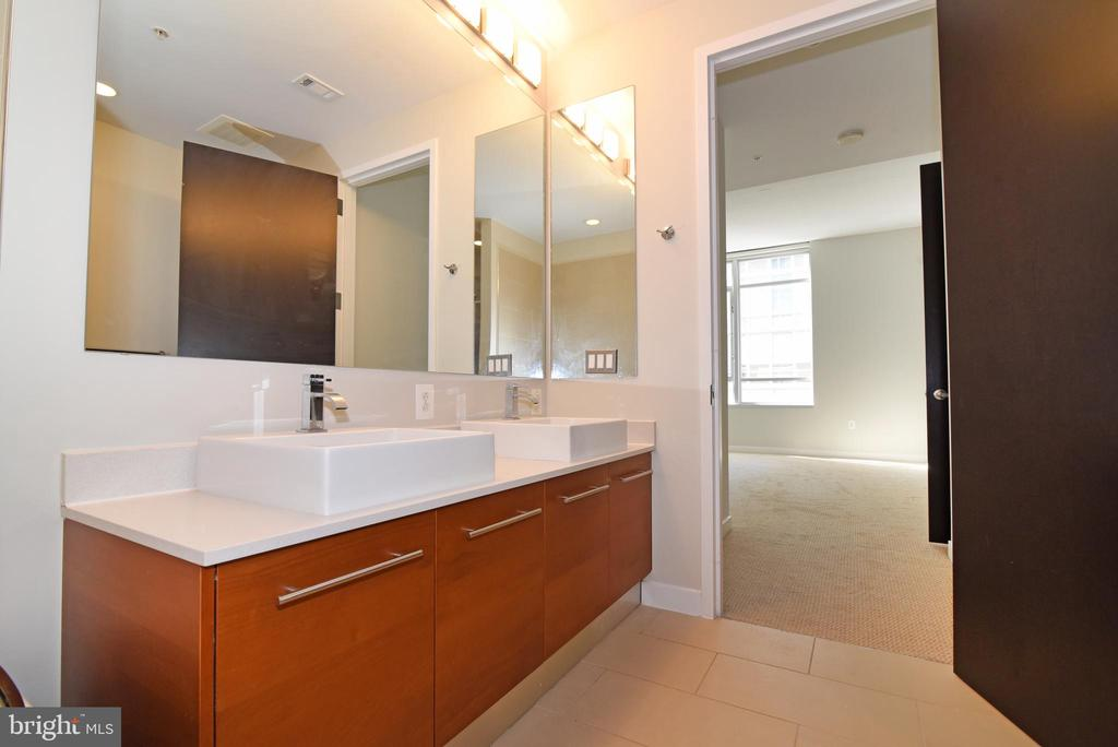 Double sinks in the primary bathroom - 12025 NEW DOMINION PKWY #311, RESTON