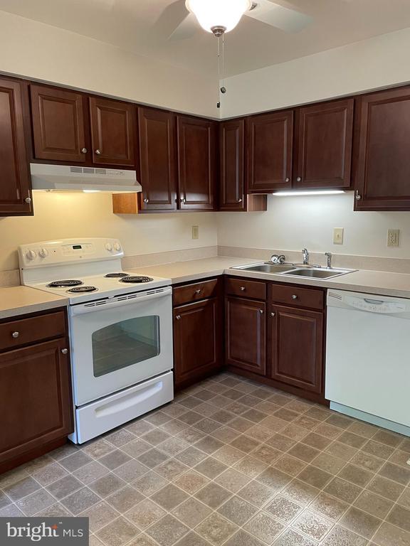 roomy kitchen - 1006 BRINKER DR #102, HAGERSTOWN