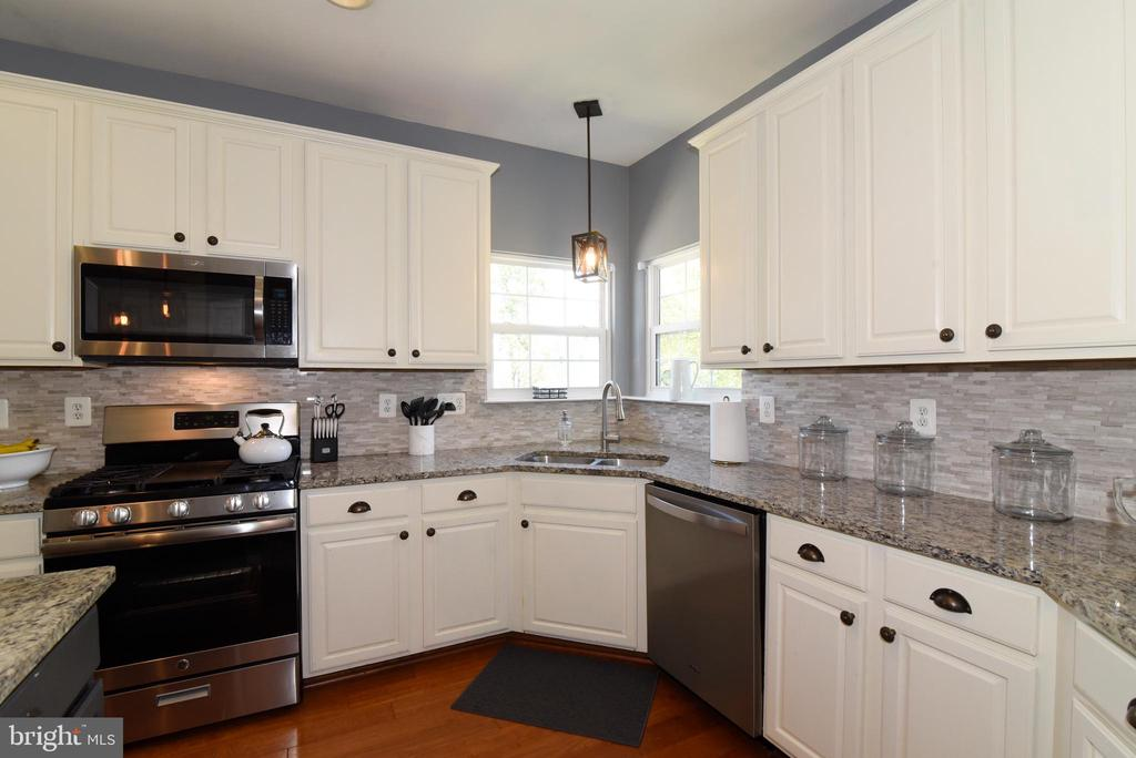 White kitchen w/ stainless appliances - 43298 HEATHER LEIGH CT, ASHBURN