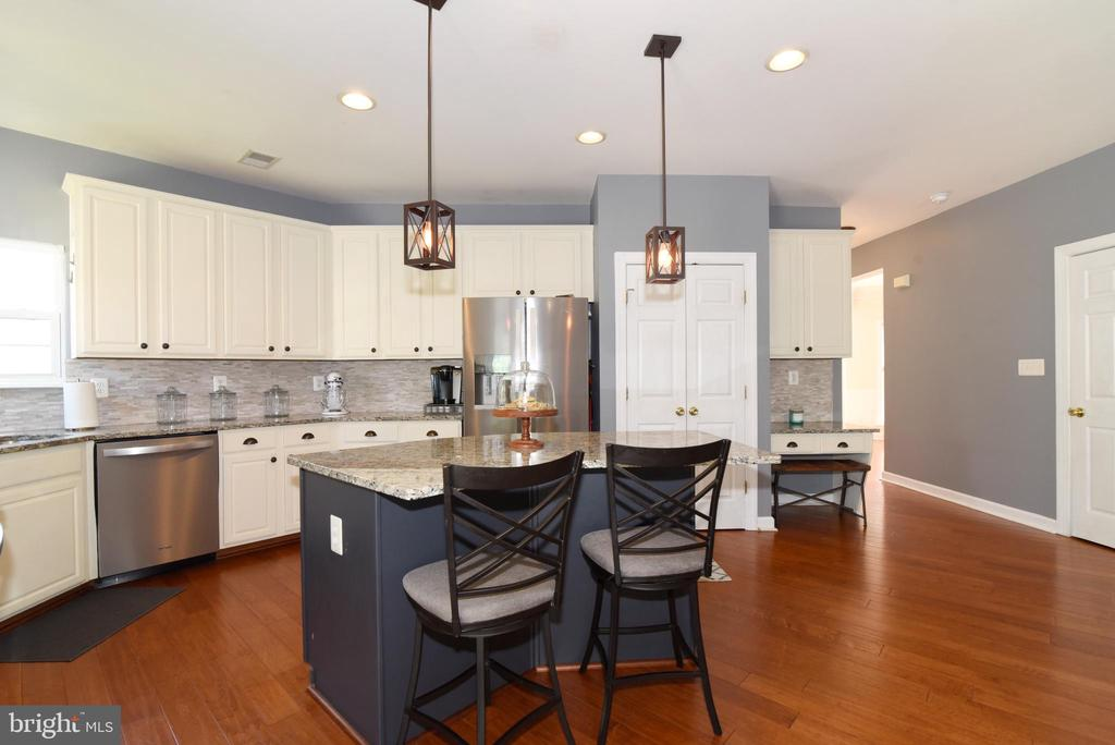 Updated kitchen with stainless appliances - 43298 HEATHER LEIGH CT, ASHBURN