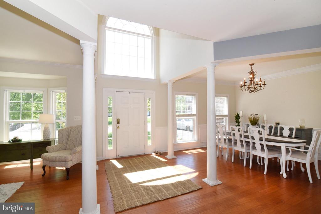 Two story foyer with tons of natural light - 43298 HEATHER LEIGH CT, ASHBURN