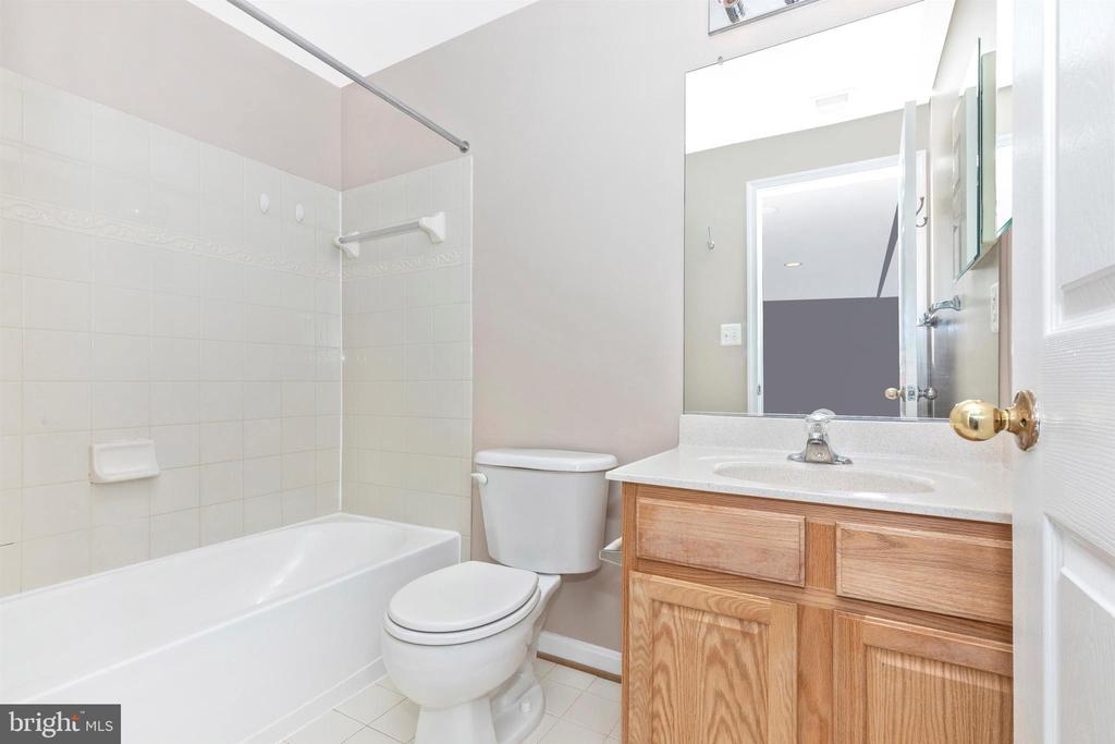 lower level full bath - 897 STONEFIELD SQ NE, LEESBURG