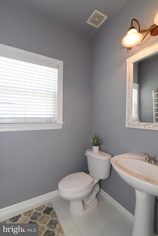 Main Level Powder Room - 43298 HEATHER LEIGH CT, ASHBURN