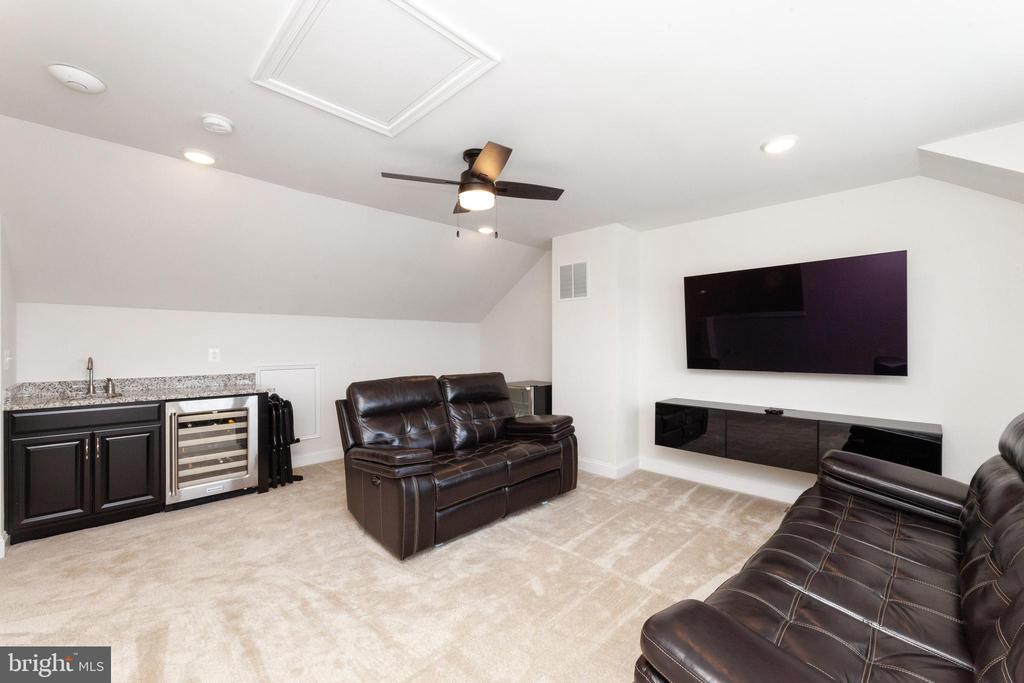 Upper Level Family Room with Wet Bar - 2058 ALDER LN, DUMFRIES