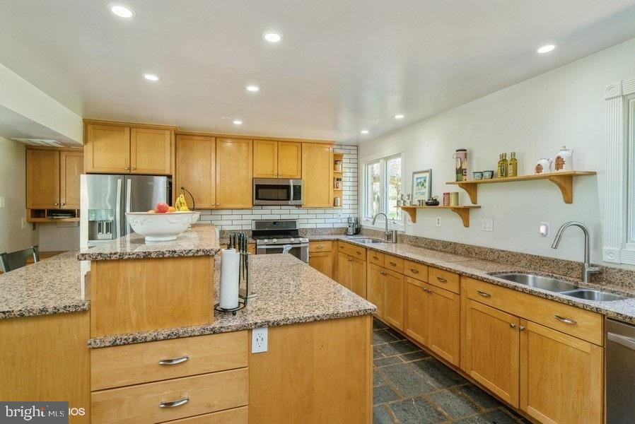 Two sinks in the kitchen with lots of counters - 39895 THOMAS MILL RD, LEESBURG