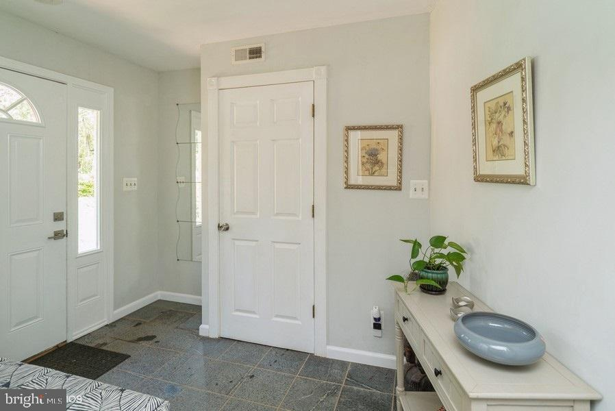 Foyer that leads to the kitchen - 39895 THOMAS MILL RD, LEESBURG
