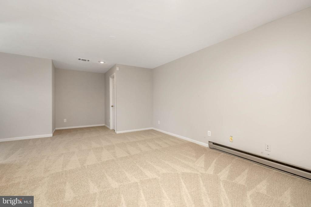 ground level entry w/ large open room w/ closet - 12522 KEMPSTON LN, WOODBRIDGE