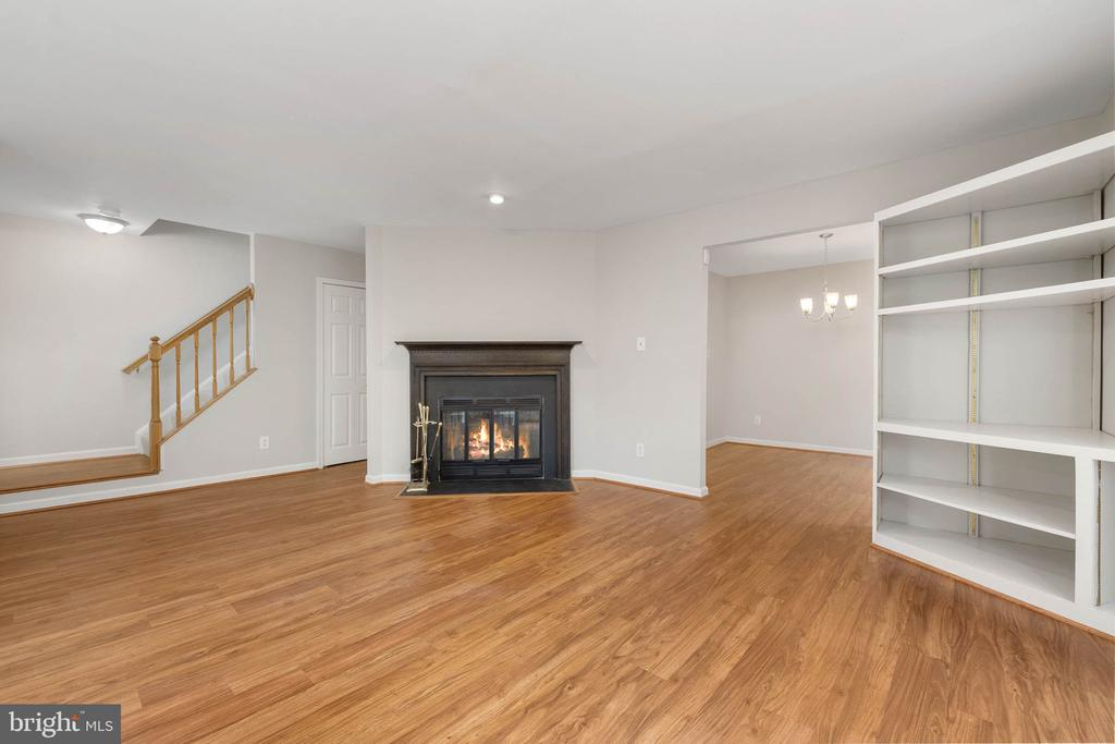 Family room w/ FP, built-in Ent unit & new floors - 12522 KEMPSTON LN, WOODBRIDGE