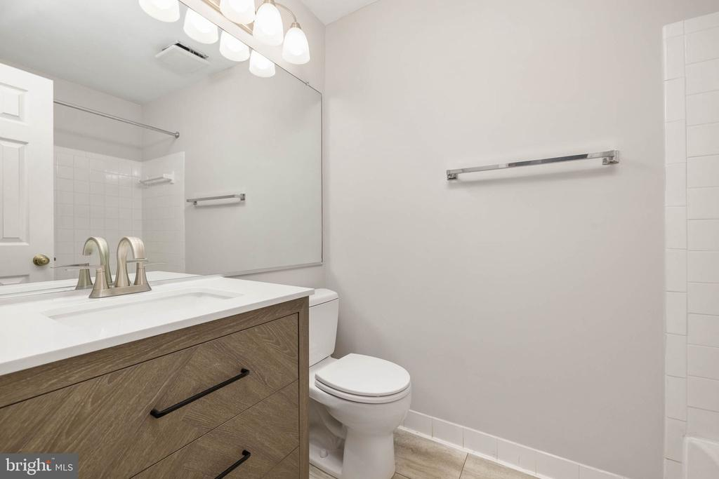 Owner's Bath w/ new vanities, flooring, lighting - 12522 KEMPSTON LN, WOODBRIDGE