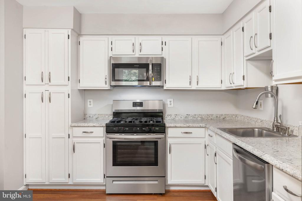 Updated kitchen w/ NEW appliances & Countertops - 12522 KEMPSTON LN, WOODBRIDGE