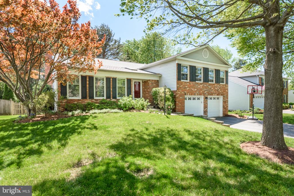 Beautiful front lawn with mature trees - 109 COPPER CT, STERLING