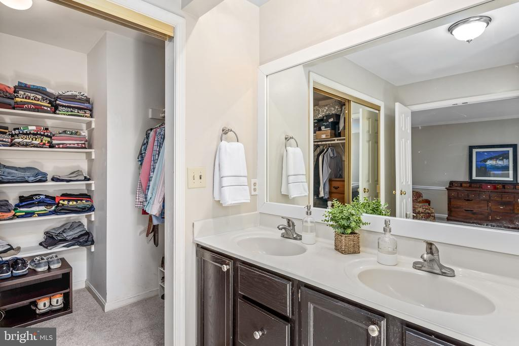 Main bathroom, large closet space - 109 COPPER CT, STERLING