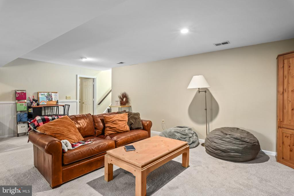 Large open rec room - 109 COPPER CT, STERLING