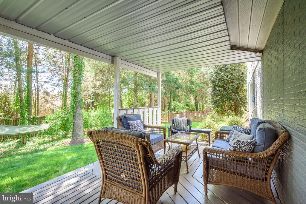 Entertain on your lower level deck - 109 COPPER CT, STERLING