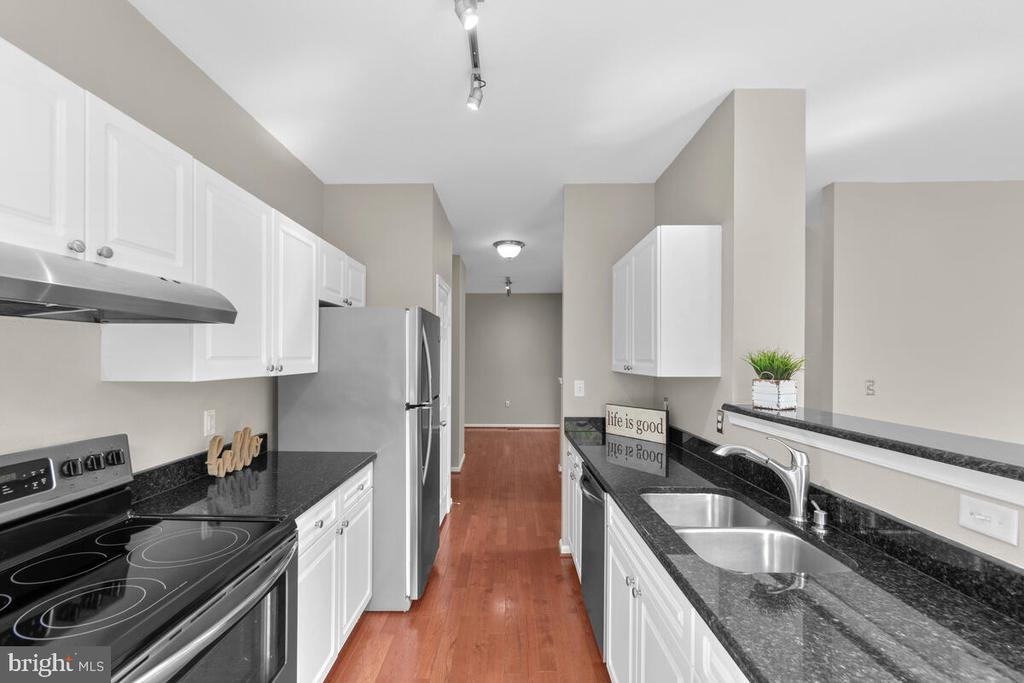 Plenty of counter space! - 8050 NICOSH CIRCLE LN #42, FALLS CHURCH