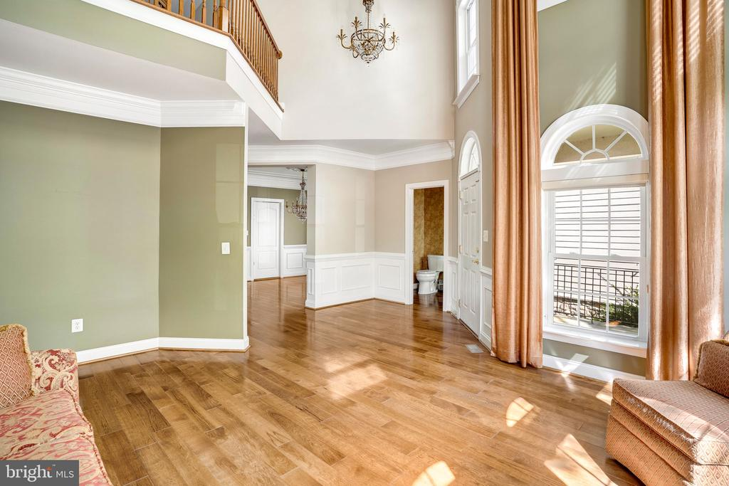 Inviting entry with loads of light - 43768 RIVERPOINT DR, LEESBURG