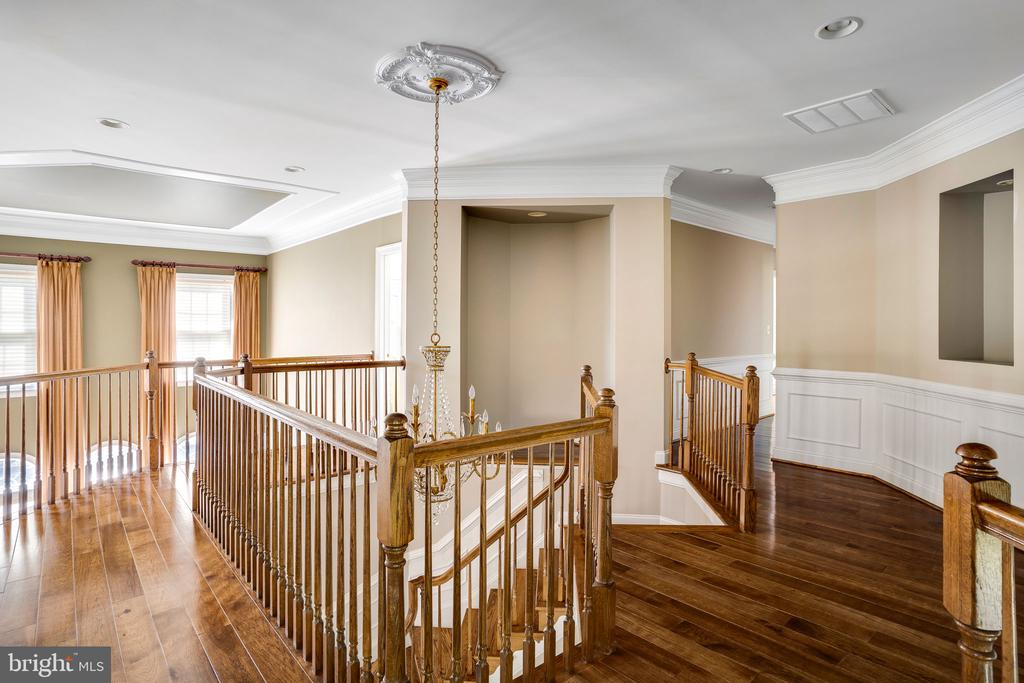 Gleaming hardwoods, custom millwork and niches - 43768 RIVERPOINT DR, LEESBURG